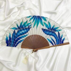 Abanico de seda grande pintado a mano con flores del paraíso azules