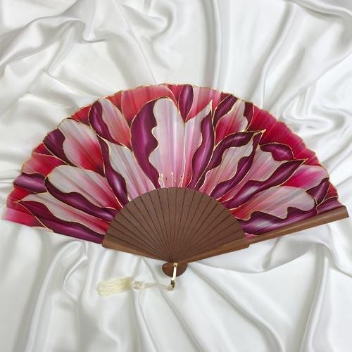 Abanico de seda grande pintado a mano con flor salvaje roja y granate.