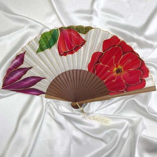 Abanico de seda grande pintado a mano con flores rojas y malva