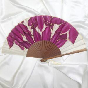 Abanico de seda grande pintado a mano con lirios en tonos berenjena
