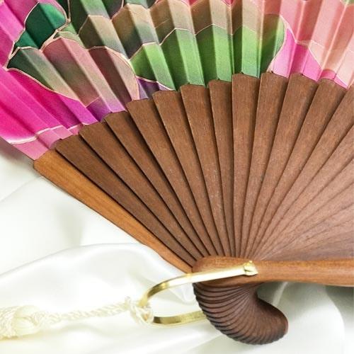 Abanico de seda grande pintado a mano con nervio en tonos nudé