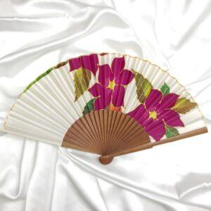 Abanico de seda mediano pintado a mano con flores Thyss en color granate fucsia.