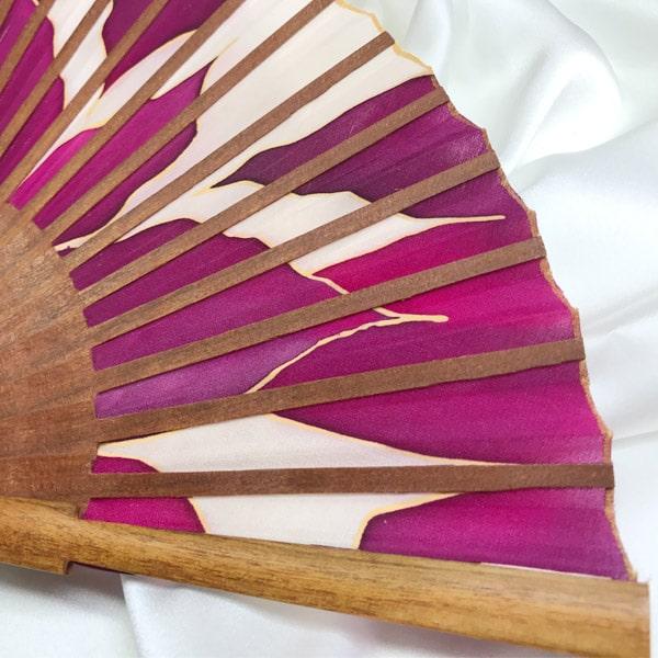 Abanico de seda mediano pintado a mano con lirios granates