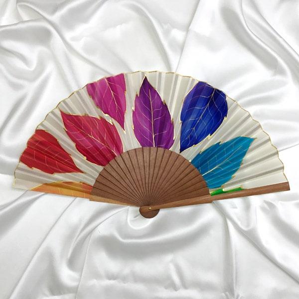 Abanico de seda mediano pintado a mano con hojas multicolor