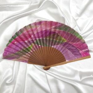 Abanico de seda mediano pintado a mano con hojas nudé