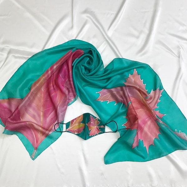 Conjunto de seda pintado a mano de fular y mascarilla de hojas