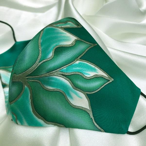 Mascarilla homologada de seda pintada a mano con flor verde