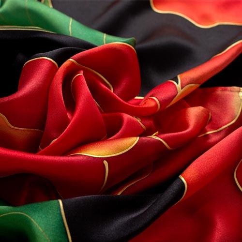 Fular de seda pintado a mano en tonos rojos con fondo negro