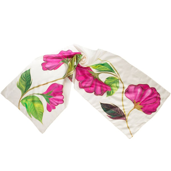 Fular de seda pintado a mano con flores rosas con hojas lanceoladas verdes.