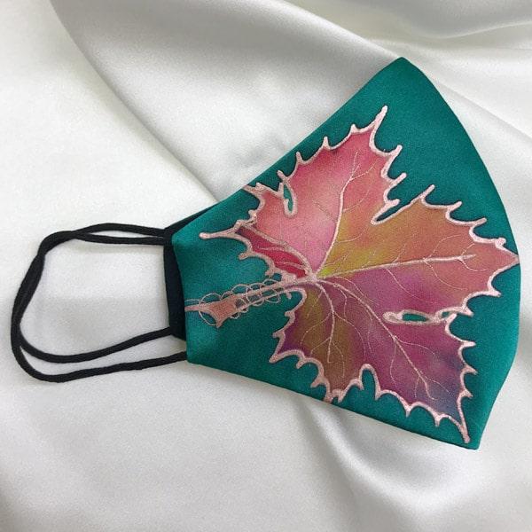 Mascarilla homologada de seda pintada a mano con hojas nudé