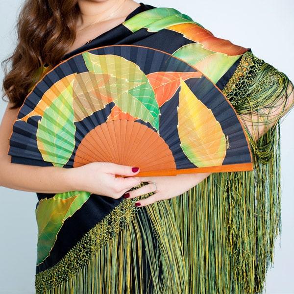 Mantón de seda pintado a mano con hojas otoñales
