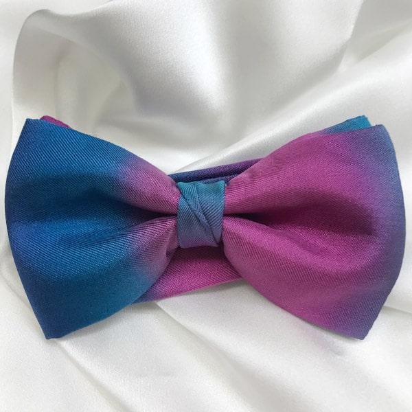 Pajarita de seda pintada a mano en tonos azules y rosas