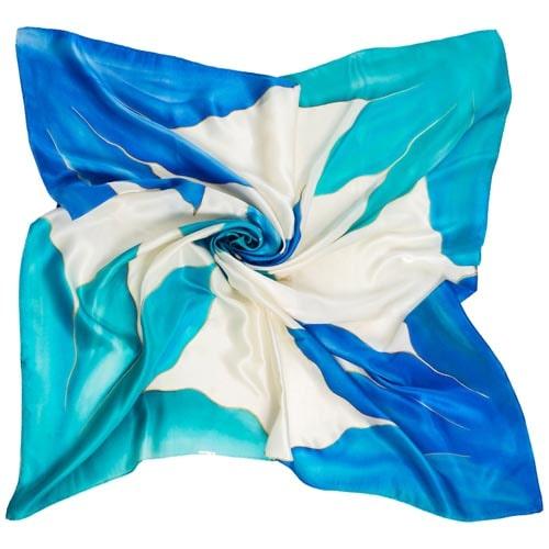 Pañuelo de Seda pintado a mano decorado con lirios desestructurados en las esquinas en tonos azules.