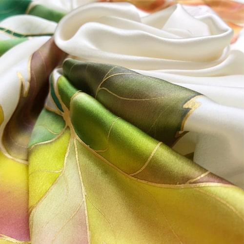 Panuelo de seda pintado a mano decorado con hojas de falso plátano