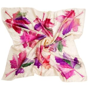 Pañuelo de seda pintado a mano decorado con hojas nudé
