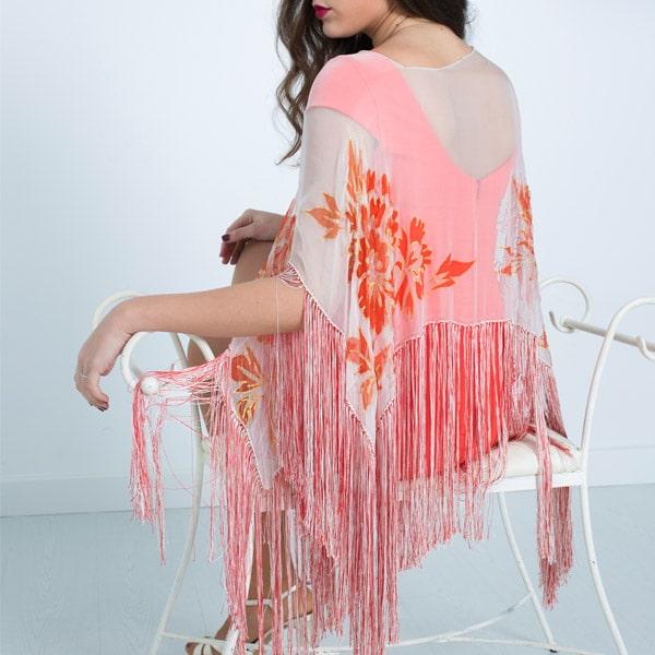 Poncho de seda pintado a mano con flores coral