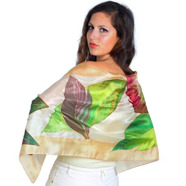 Fular de seda pintado a mano con hojas lanceoladas en tonos otoñales
