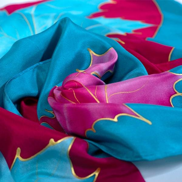 Fular de seda pintado a mano con decoración de hojas invertidas.
