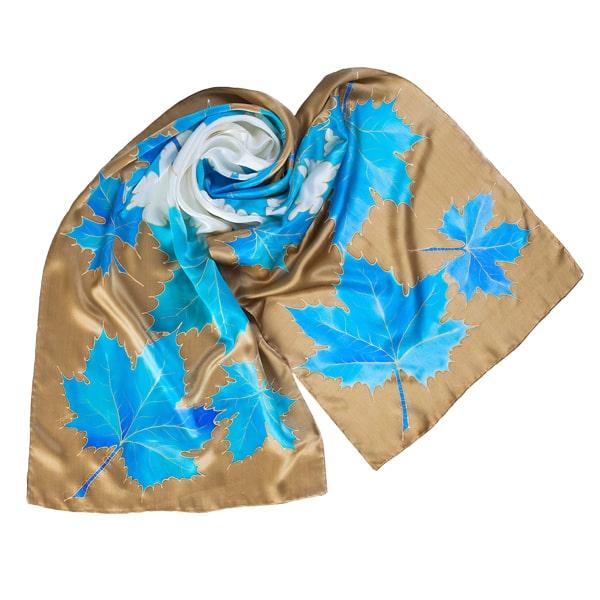 Fular de seda pintado a mano con hojas azules y greca cámel
