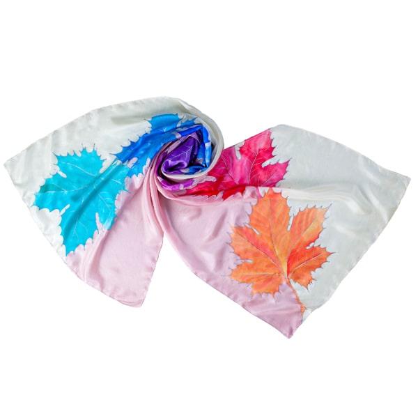 Fular de seda pintado a mano con hojas en tonos multicolor