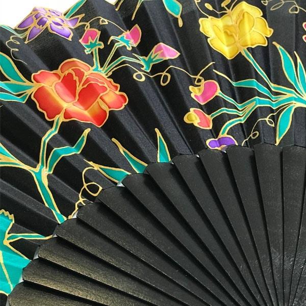 Abanico de seda pintado a mano con flores Manila