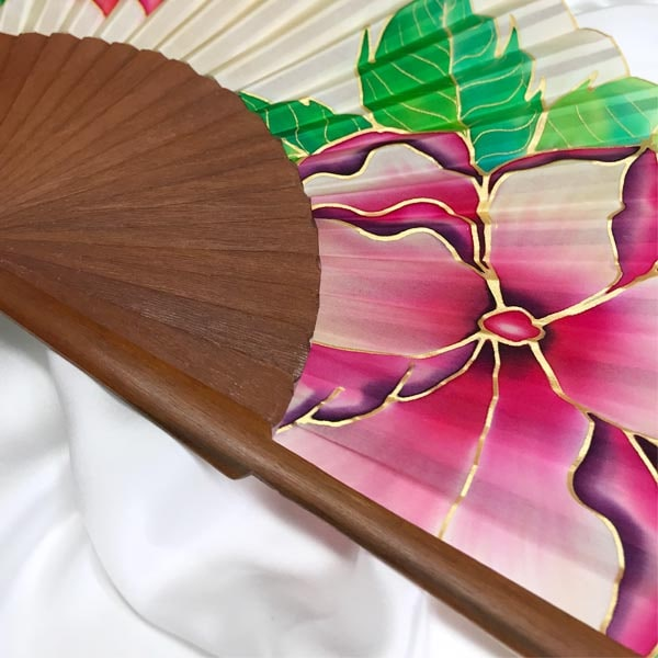 Abanico de seda pintado a mano con flores nudé con hojas