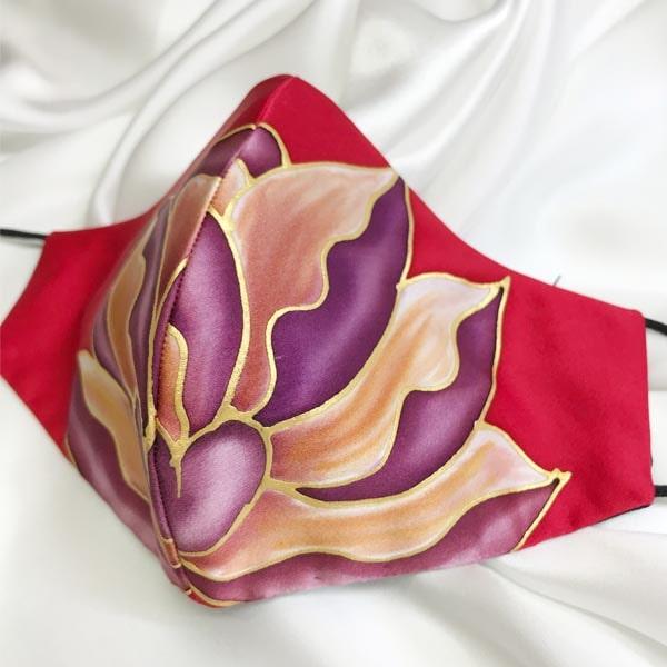 Mascarilla homologada de seda pintada a mano roja con flor