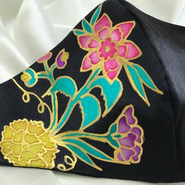 Mascarilla homologada de seda pintada a mano con flores Manila.