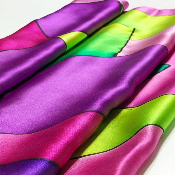 Fular de seda pintado a mano de espejo con tonos fucsias