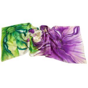 Fular de seda pintado a mano con flores berenjenas y verdes