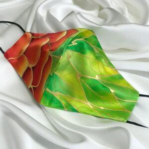 Mascarilla homologada de seda pintada a mano con flor roja y hojas