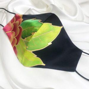 Mascarilla homologada de seda pintada a mano con flor roja 2