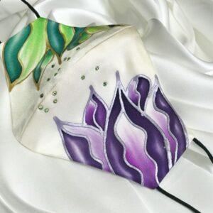 Mascarilla homologada de seda pintada a mano con flores y Swarovski.