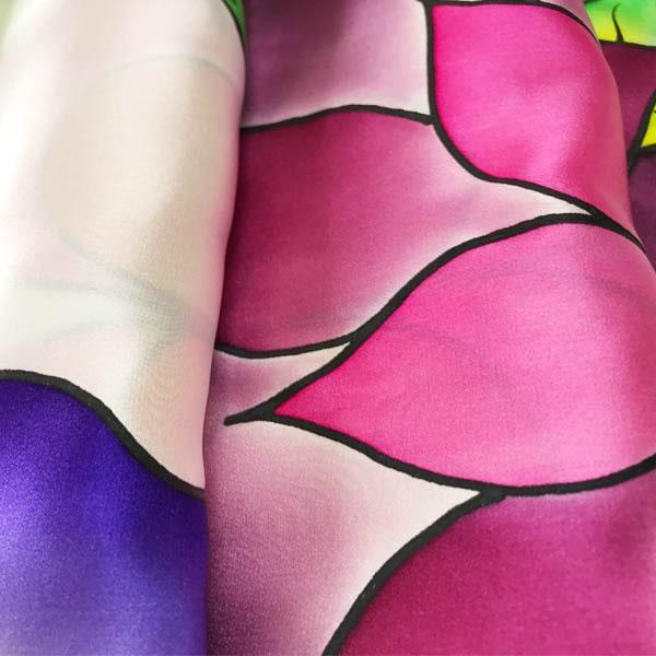 Fular de seda pintado a mano con flores Kahlo multicolor.