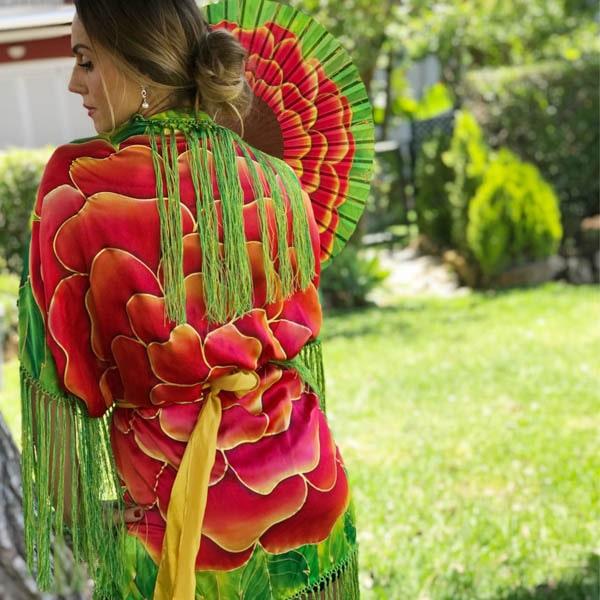 Mantón-Kimono de seda flecado pintado a mano con flor roja