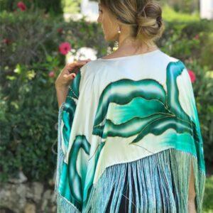 Poncho de seda flecado y pintado a mano con flores salvajes petróleo