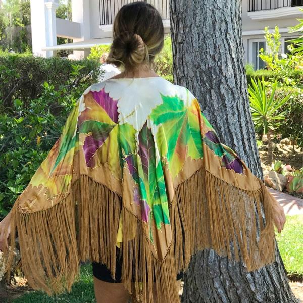 Poncho de seda flecado y pintado a mano con hojas de falso plátano