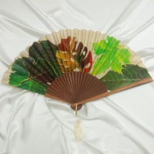 Abanico de seda pintado a mano con hojas otoñales mixtas