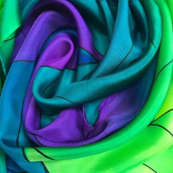 Fular de seda para mujer pintado a mano con nervio en varios tonos.