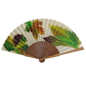 Abanico de seda pintado a mano con hojas otoñales mixtas.